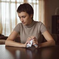 ledsen tjej som håller ett skrynkligt brev foto