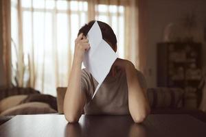 ung kvinna med ett brev i handen foto