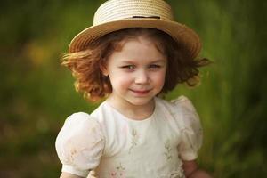 vacker liten flicka i hatt foto