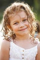liten glad tjej med blött hår foto