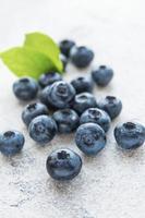 blåbär på grå betongbakgrund foto