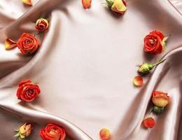 blommakomposition. ram gjord av röda rosor och löv foto