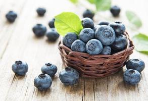 blåbär på gammal träbakgrund foto