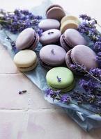 franska macarons med lavendelsmak och färska lavendelblommor foto