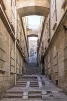 gamla stens kullerstensgata i gamla Jerusalem, Israel foto