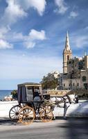 turist häst och vagn på gamla stadsgatan i la Valletta Malta foto