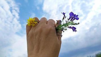 en ring på en hand gjord av blommor. ett erbjudande om äktenskap. foto