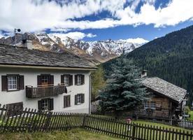 traditionella schweiziska alperna hus på landsbygden i vals byn alpina schweiz foto
