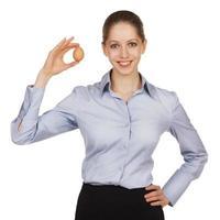 vacker kvinna som håller ett ägg i handen foto