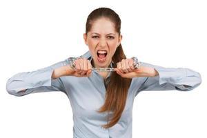 kvinna försöker bryta en stålkedja foto