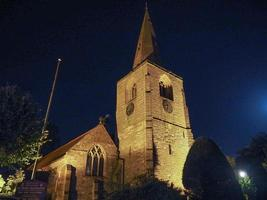 st mary magdalene kyrka i tanworth i arden på natten foto