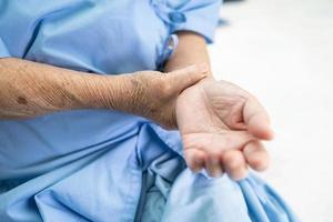 asiatisk senior kvinna patient smärta arm foto