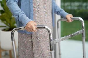 asiatisk senior kvinna patientpromenad med rullator på sjukhus foto