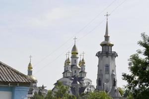 kristen kyrkkors i högt torn för bön foto
