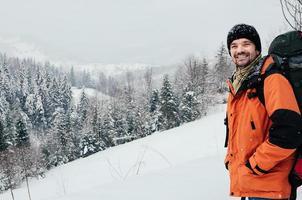 leende turist vinter berg skog landskap foto