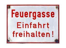 tyskt tecken isolerat över vitt. brandfält, håll entrén fri foto