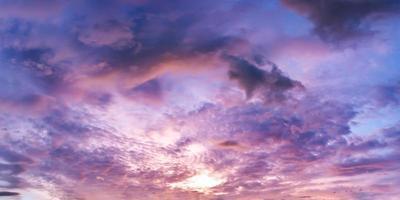 dramatisk panoramahimmel med moln vid soluppgång och solnedgångstid. foto