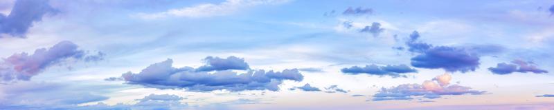 panoramahimmel på en solig dag. foto
