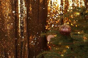 jul mörk glans bakgrund med gyllene lyxiga dekorationer foto