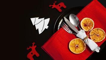 inställning för festlig julmiddag på svart bord med dekoration foto