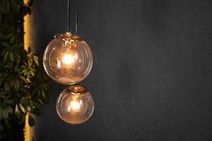 dekorativa ljus volframlampor mot väggbakgrund foto
