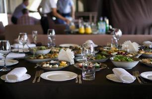 serveras till ett bankettbord. en massa mat foto