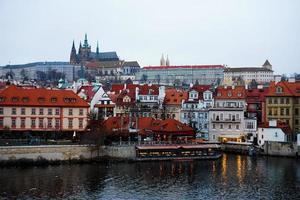 natursköna kvällspanorama över gamla stan i Prag, Tjeckien foto