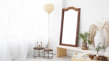 modernt sovrum med vita väggar, spegel i skandinavisk stil foto