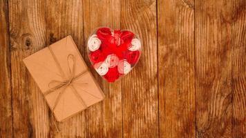 bokstäver i hantverkspapper kuvert och en gåva av rosor foto
