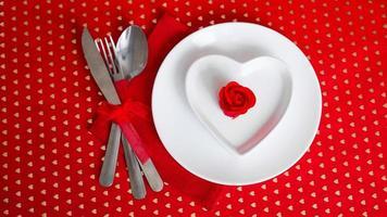 romantisk dekoration av semesterbord - röd bakgrund foto