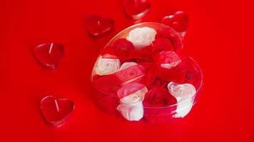 alla hjärtans daggåva på en röd bakgrund. begreppet kärlek foto