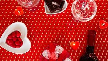alla hjärtans dag. flaska vin, glasögon, röda rosor foto