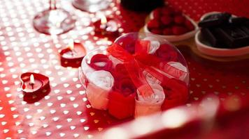 alla hjärtans dagspresent på en röd festlig bakgrund. begreppet kärlek foto