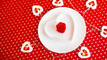 platsinställning i rött och vitt - för alla hjärtans dag eller andra evenemang foto
