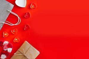 ovanifrån - festlig röd bakgrund för alla hjärtans dag foto