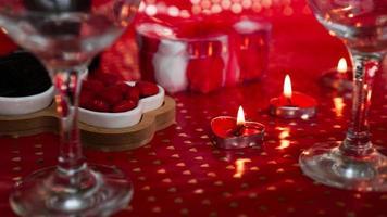 ljus för alla hjärtans dag, bord med festlig röd bakgrund foto