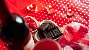 choklad och godis på hjärtformade tallrikar foto