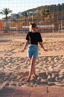 porträtt av attraktiv kvinna nära volleybollnät foto