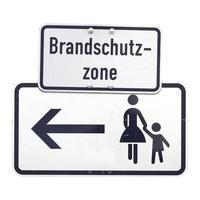 tyskt tecken isolerat över vitt. brandschutzzone brandskydd foto