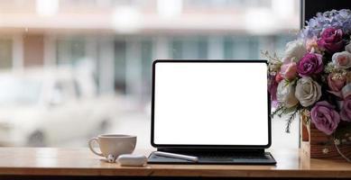 foto av bärbar dator med vit tom skärm som sätter på det moderna
