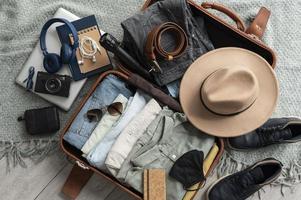 arrangemanget kläder tillbehör resväska foto