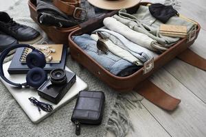 sammansättningen kläder tillbehör resväska foto