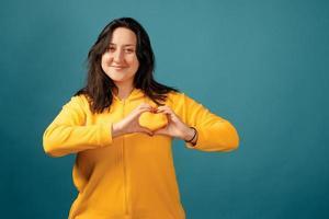 glad plus storlek positiv kvinna i studion foto