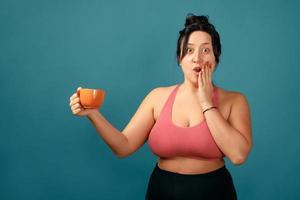 glad plus size positiv kvinna med kopp foto