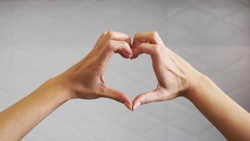 kvinnliga händer vikta i form av ett hjärta foto