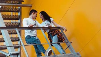förälskat par på en dejt som håller i handen och går uppför trappan foto
