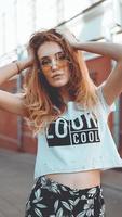 mode porträtt snygg vacker kvinna i solglasögon poserar i staden foto