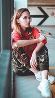 mode modell klädd i röd luvtröja med inskriften los angeles foto