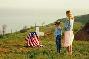 mamma och son besökte faderns grav på minnesdagen foto