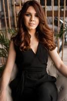 porträtt av en attraktiv kvinna på bekväm stol för vila foto